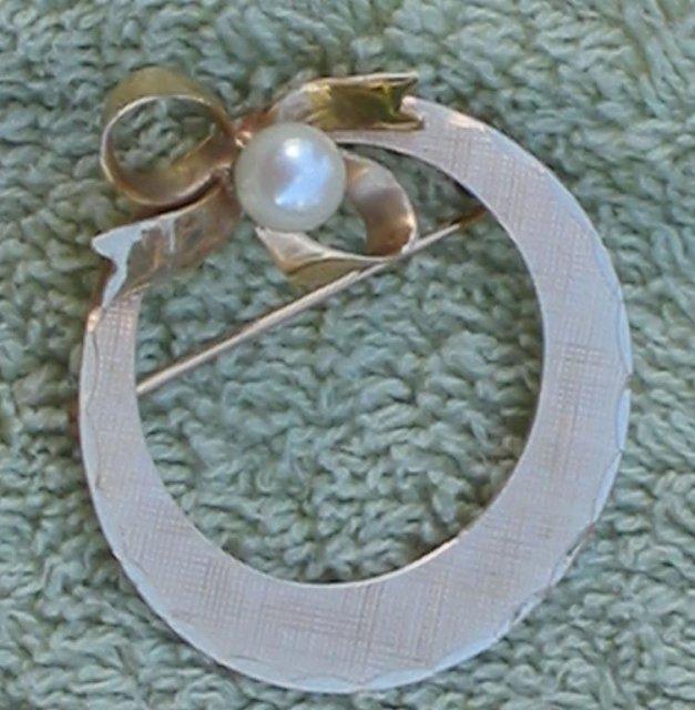 Circle Wreath Ribbon Pin