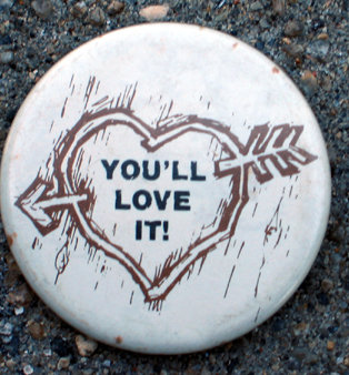 old vintage LOVE IT PINBACK PIN BUTTON