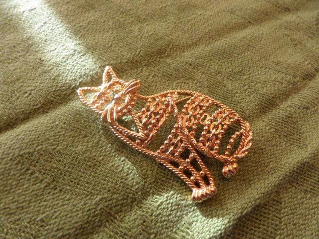 GOLD TONE CAT BROOCH