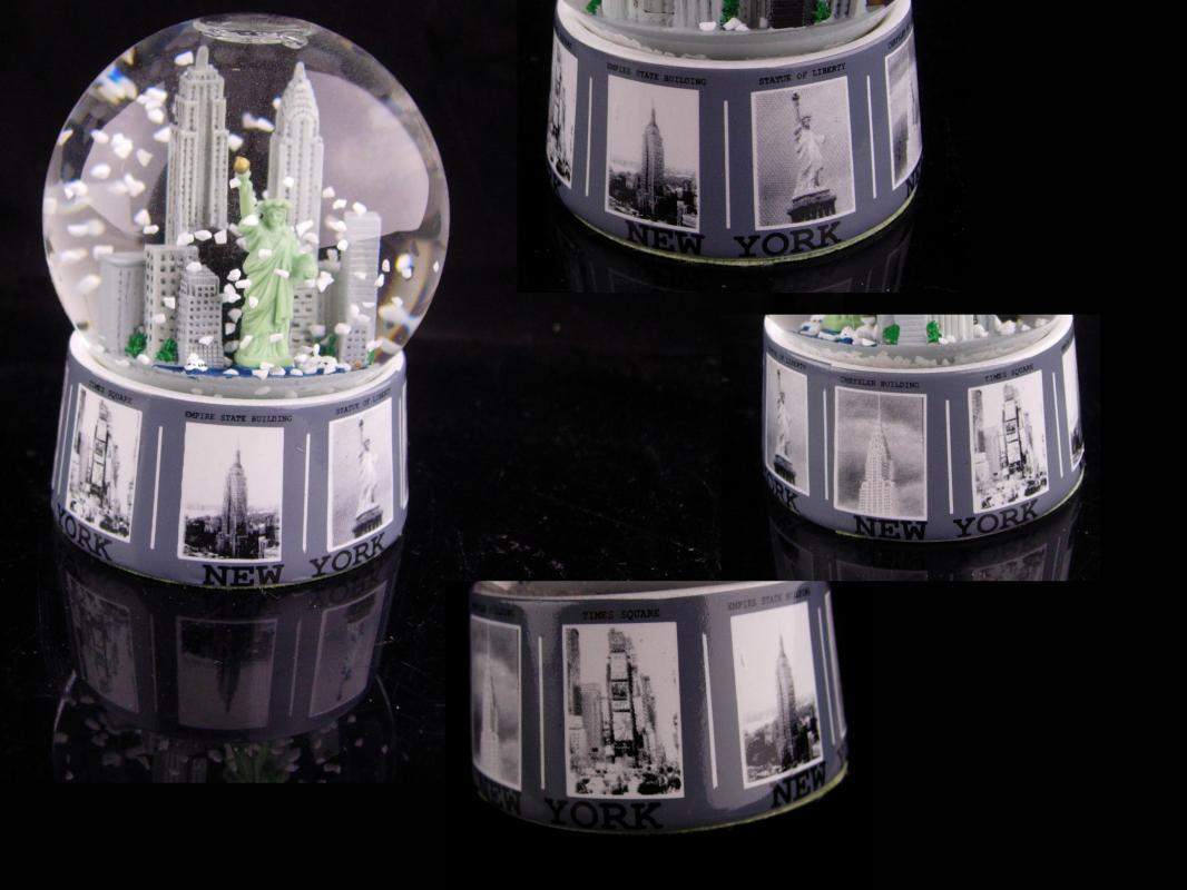 New York Snow globe - statue of Liberty - Tourist Snowglobe - Twin Towers - Empire state Building - glass paperweight - World trade center