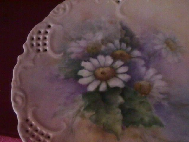 China-Hand Painted Porcelain Display Plate of Daisies with Foliage