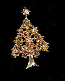 Lovely Vintage Christmas Tree with Rhinestones Pin