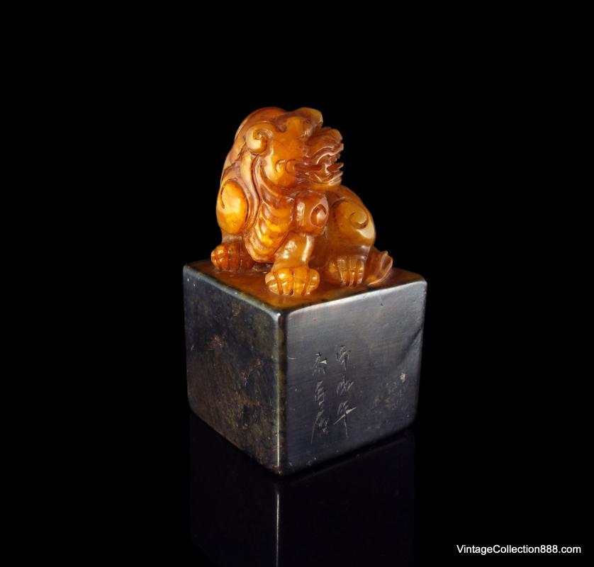 Very Rare and Old Chinese Shoushan Seal Foo Dog, natural Shoushan stone, bicolor in Orange and Black - 4.2