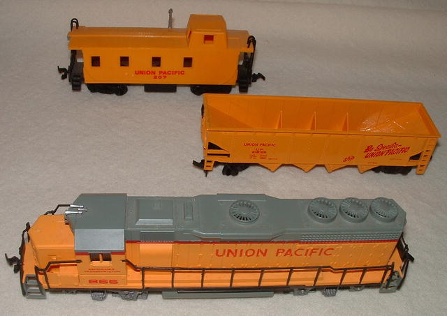 Vintage HO Train Bachmann Union Pacific Locomotive 866 & Cars