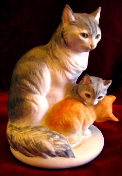 BOEHM Cat & Kittens Figurine