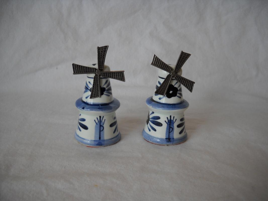 Salt and pepper shakers, blue and white.Mini size