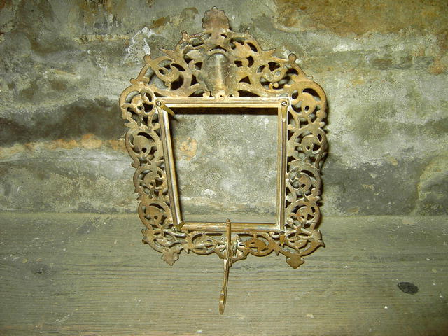 CAST IRON PICTURE FRAME GRAPE LEAF FACE PATTERN PHOTO DISPLAY DRESSER DECORATION