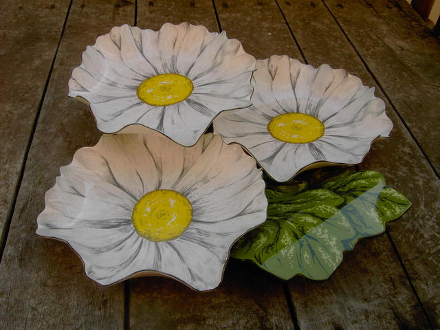 DAISEY  FLOWER  RELISH TIDBIT TRAY CANDY SERVER