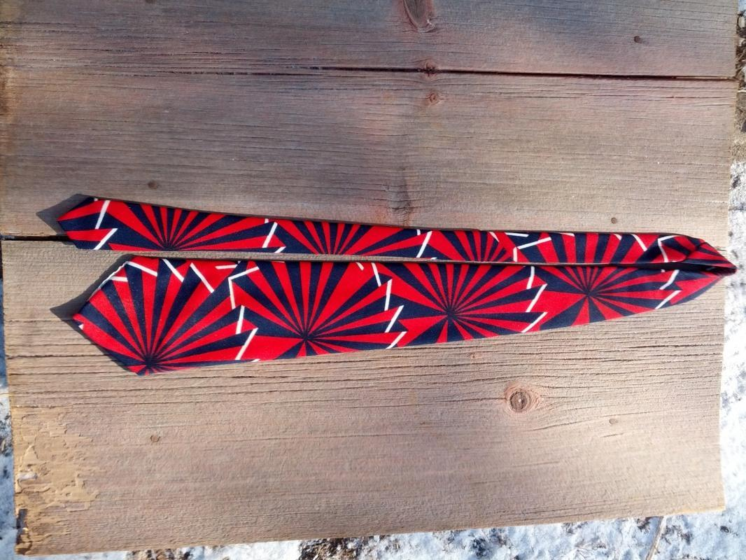 red blue white pinwheel pattern necktie retro fashion accessory 1960's polyester