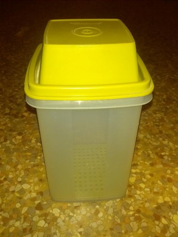 PICKLE CELERY CARROT STICK STORAGE HOPPER COVERED TUPPERWARE GREEN PLASTIC CONDIMENT SERVING TUB