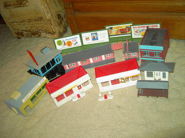BACHMANN PLASTICVILLE TRAIN DEPOT HAMBURGER DRIVE INN EXXON STATION BANK BUILDING TOWN TOYS