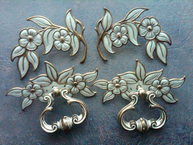 GOLD WHITE FLORAL FLOWER RETRO DRAWER HANDLE PULL DECORATIVE CABINET EMBLEM NIGHT STAND HARDWARE