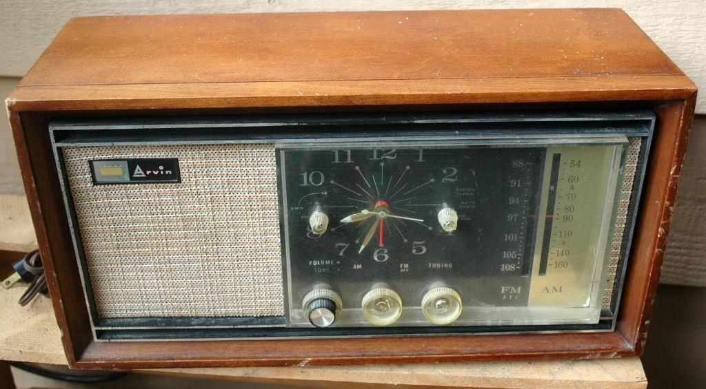 Arvin Model 43R43 Cherry Wood  Tabletop Clock  Radio