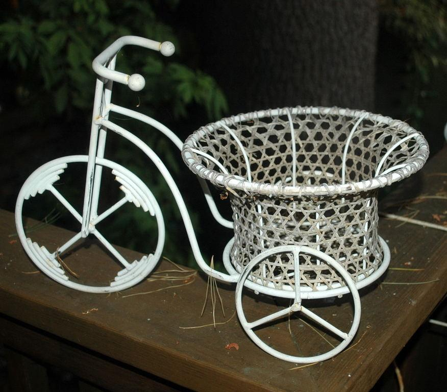 Garden Decor Small Metal  Tricycle  Woven Cane  Basket  Flower Basket Planter Planter Holder