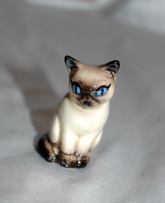 Tiny Porcelian China Siamese Cat Figurine