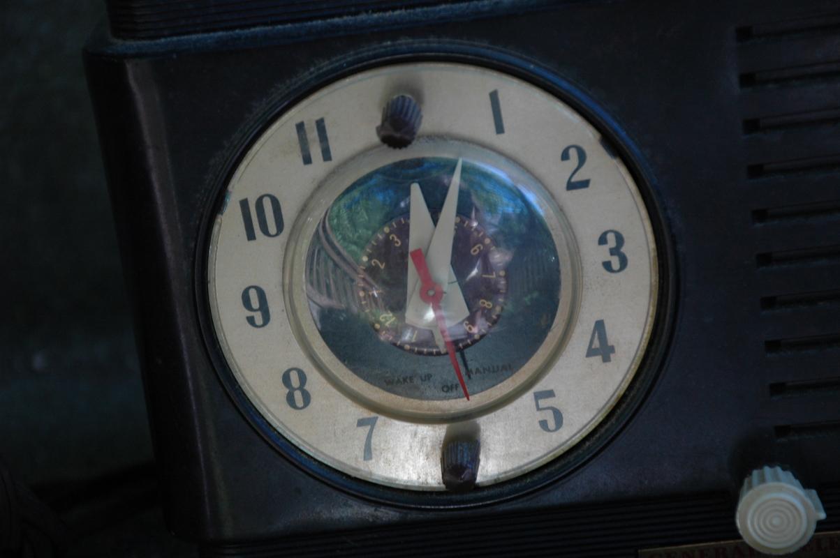 VINTAGE BAKELITE GE RADIO ALARM CLOCK BROWN MODEL 514 RADIO