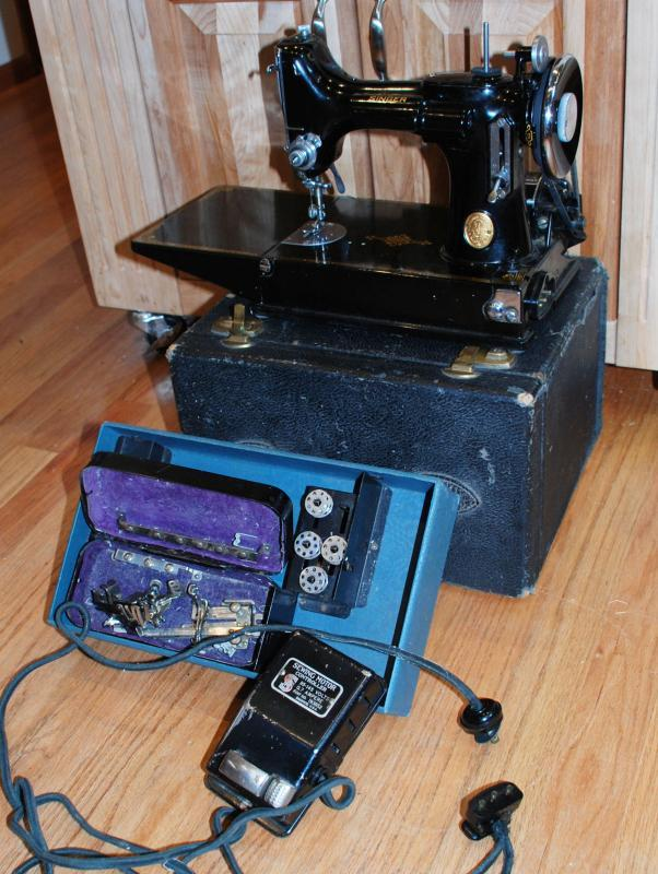 Singer Featherweight Sewing Machine With Case & Accessories
