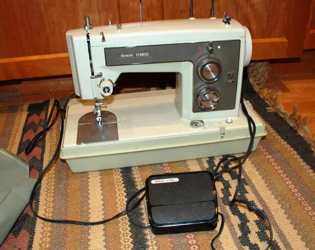 Sears Kenmore 158 141 Heavy Duty Sewing Machine with Case , Excellent condition