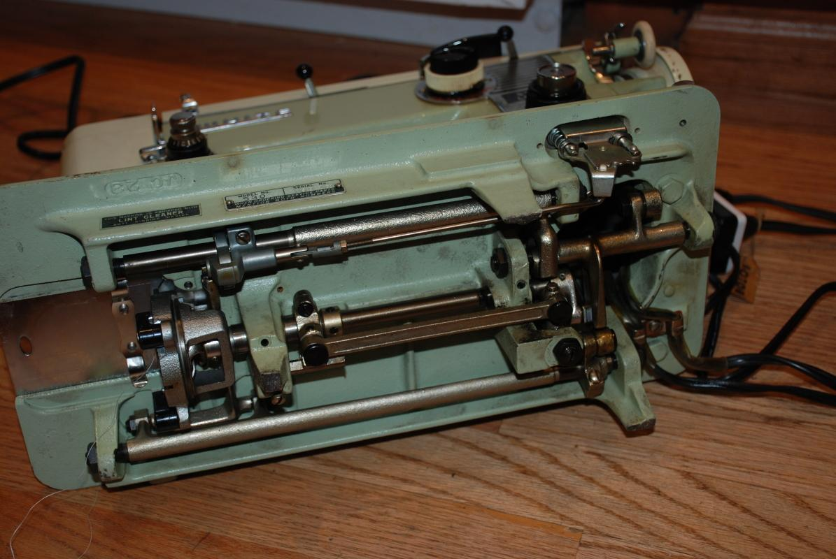 INDUSTRIAL STRENGTH WHITE 530 SEWING MACHINE