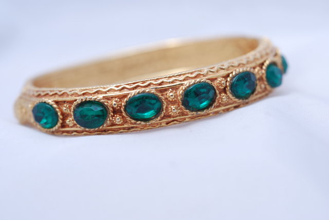 Lovely  green glass stone/gold tone hinged bangle bracelet.